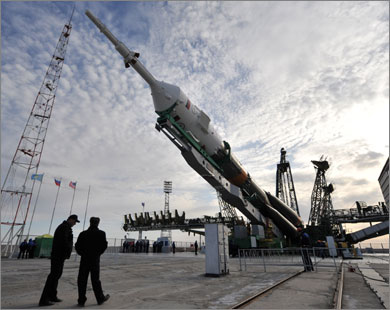 سفينة الفضاء الروسية سيوز في قاعدة بكزاخستان فبل إطلاقها (الفرنسية)