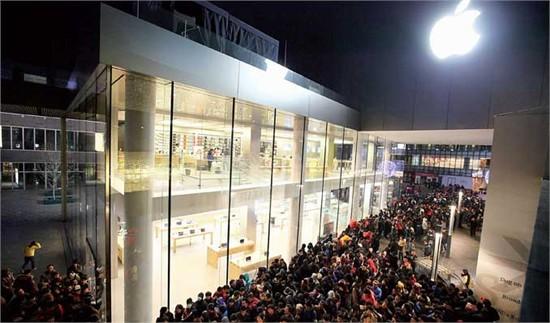 صورة للحشود امام متجر أبل في الصين