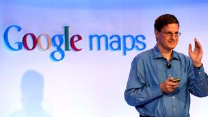 براين مكليندون، نائب رئيس غوغل للشؤون الهندسية، يطلع الصحفيين على آخر منتجات الشركة